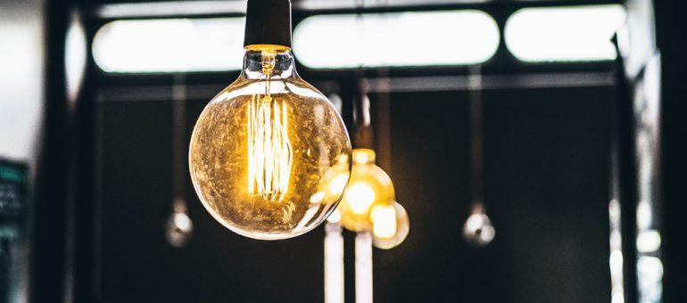 Comment dévisser une ampoule coincée ?